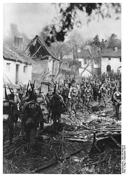 German infantry advance though a ruined East Prussian Town ©Deutsches Bundesarchiv